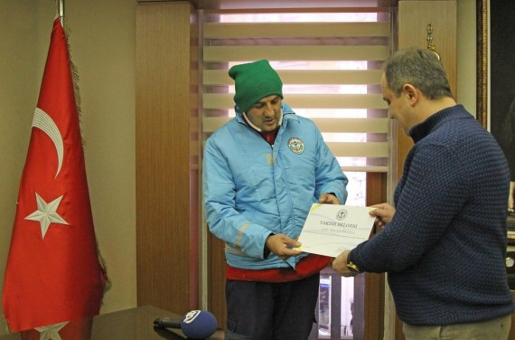 For his act of kindness, the mayor awarded him a special certificate.